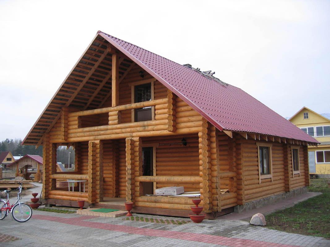 Сравниваем дом из оцилиндрованного бревна или бревна ручной рубки